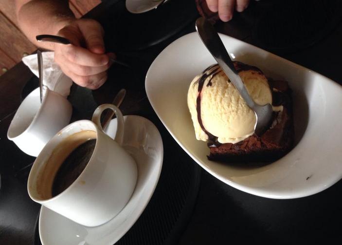 Kaffe med brownie på Pedlars inn.
