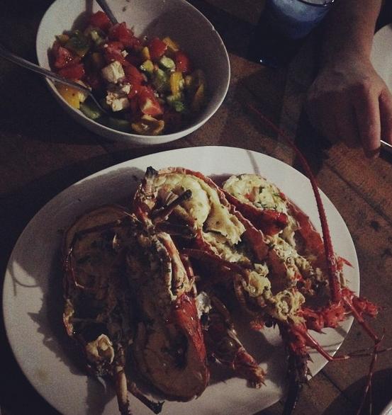 Langustrar med tomat- och fetaostsallad hos East Surf Cabanas.