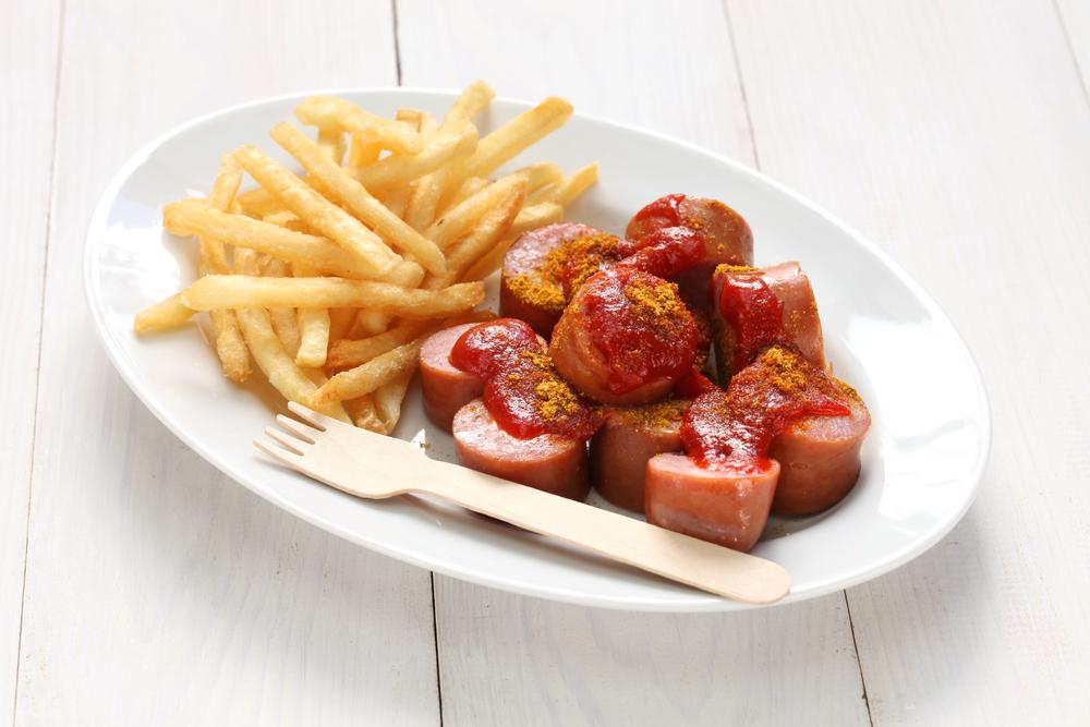 Currywurst serveras ofta med pommes frites som toppas med currry.