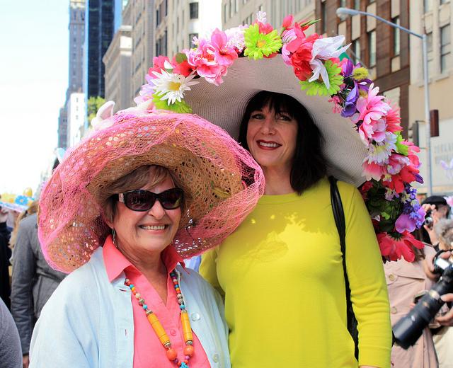 Två damer med fina hattar på påskdags paraden i New York. Foto: Guru Sno Studios. Flickr. https://www.flickr.com/photos/gurusno-studios/.