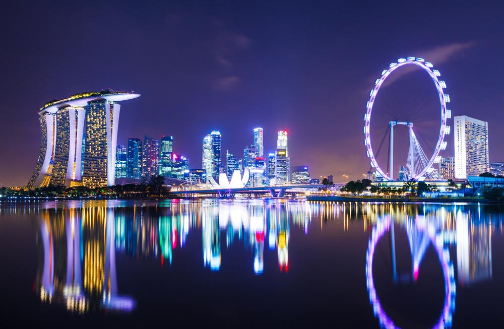 Väldigt upplysta Singapore på kvällen.