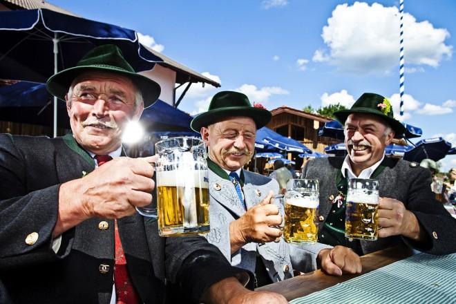Män som dricker öl på Oktoberfest i München