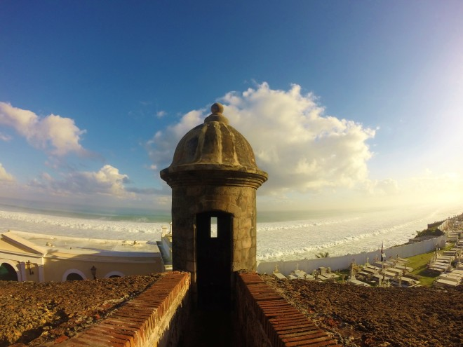 Hautausmaa Santa María Magdalena de Pazzis sijaitsee Castillo San Felipe del Morron lähellä meren rannalla