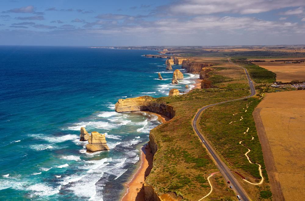 The Great Ocean Road som ringlar sig längs med en spektakulär kust- klippor och turkost hav.