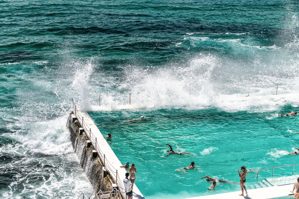Bondi Beach, pool som vetter mot havet och vågor som slår upp.
