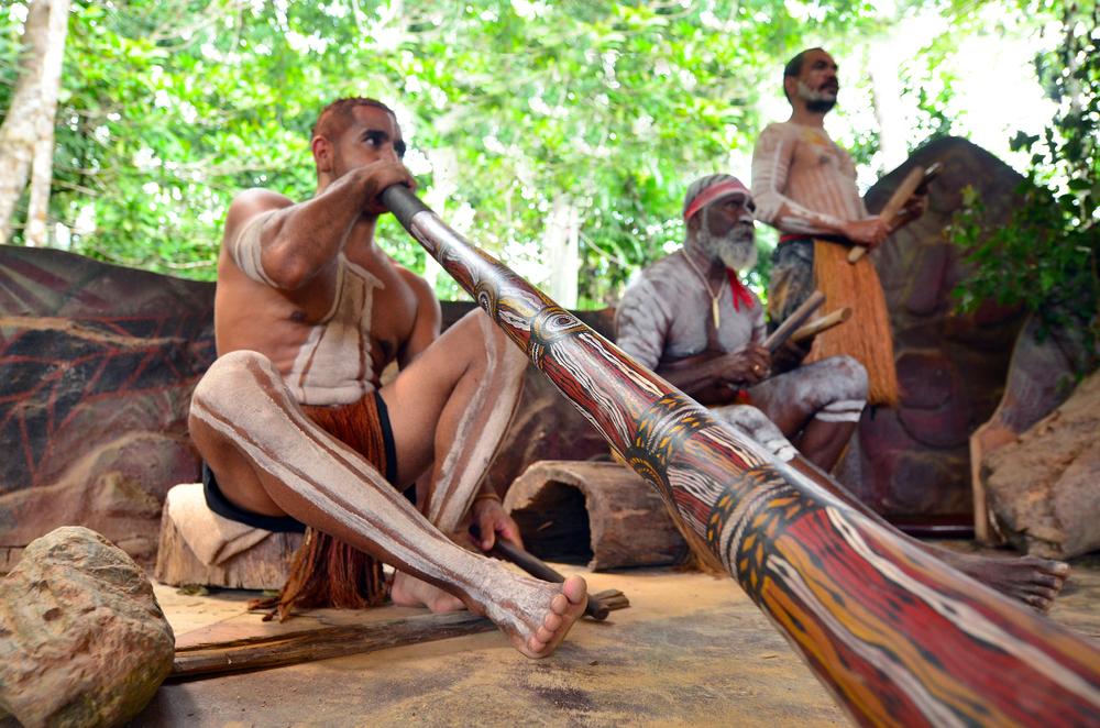 Aboriginer spelar musik.
