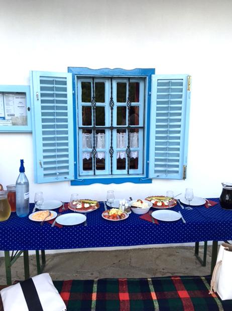 Mat uppdukad framför ett vitt hus i Ungern.